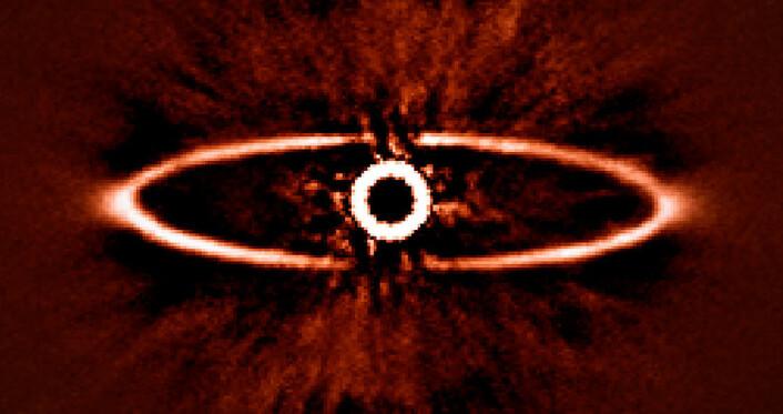 Den støvete ringen rundt den nærliggende stjernen HR 4796A, et av de første bildenesom ble tatt med SPHERE-instrumentet. Bildet illustrerer hvor godt SPHERE er i stand til å redusere lysskinnet fra den meget lyssterke stjernen i midten – en avgjørende egenskap for å oppdage og studere eksoplaneter i framtiden. (Foto: ESO/J.-L. Beuzit et al./SPHERE Consortium)