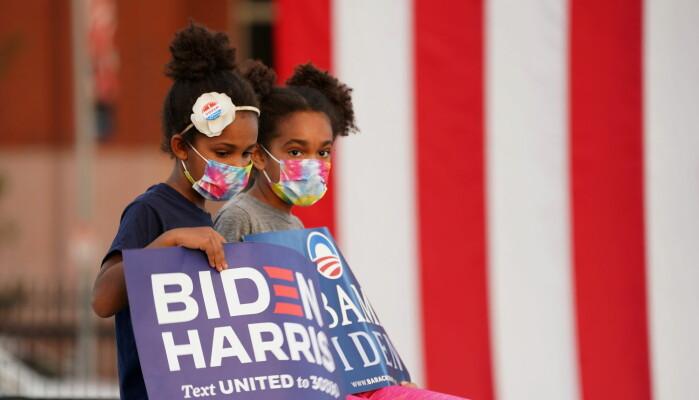 Det demokratiske partiet er gått noe mer til venstre og Det republikanske partiet er gått mye lenger til høyre. For mange har politikk dermed fått mer preg av eksistensiell kamp. Folk har fått langt mindre forståelse for hverandre. Her to unge tilhengere av demokratene under et valgmøte i Pennsylvania 21. oktober, der Barack Obama talte.