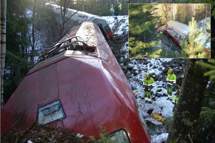 Det er kraftige krefter i sving når et tog krasjer. Løs bagasje kan være farlig. Her fra en avsporing ved Flå, 6. november 2006. Bare flaks hindret at liv gikk tapt, mente Havarikommisjonen. (Foto: Havarikommisjonen)