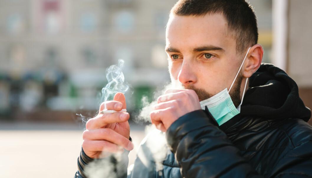 De første studiene fra Kina sprikte: Noen tydet på at røykere sjeldnere fikk covid-19, mens andre viste at de ble hardere rammet.