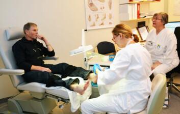 Her sjekker fotterapeut Ingeleiv Rafdal Falkeid føttene til Ammund Vestbøstad. Til høyre ses diabetessykepleier Olaug Beathe Wiig ved endokrinologisk avdeling, Stavanger Universitetssykehus. (Foto: Linn Herredsvela)