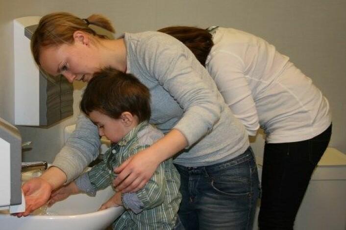 Godre rollemodellar er viktig viss barn skal lære å vaske hendene riktig. (Foto: Camilla Hatleskog/NRK)