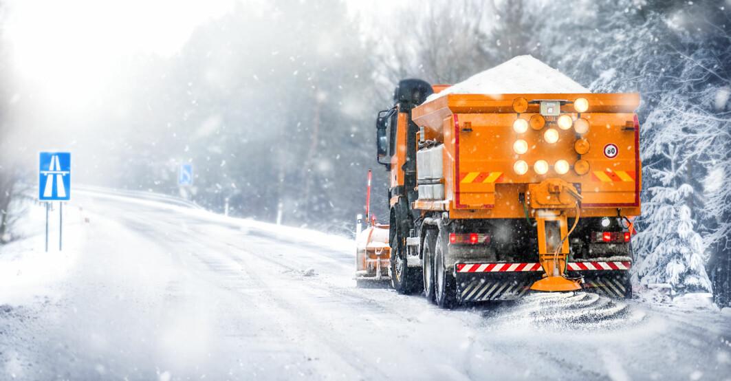 – Bruken av kjemikalier, oftest salt, virker negativ på biler, infrastruktur og på miljøet rundt veiene, sier Janne Siren Fjærestad.