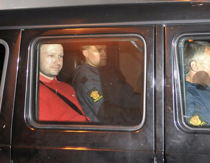 Terror-siktede Anders Behring Breivik fotografert i en politibil på vei fra retten til politihuset mandag. (Foto: Jon-Are Berg-Jacobsen/Scanpix)