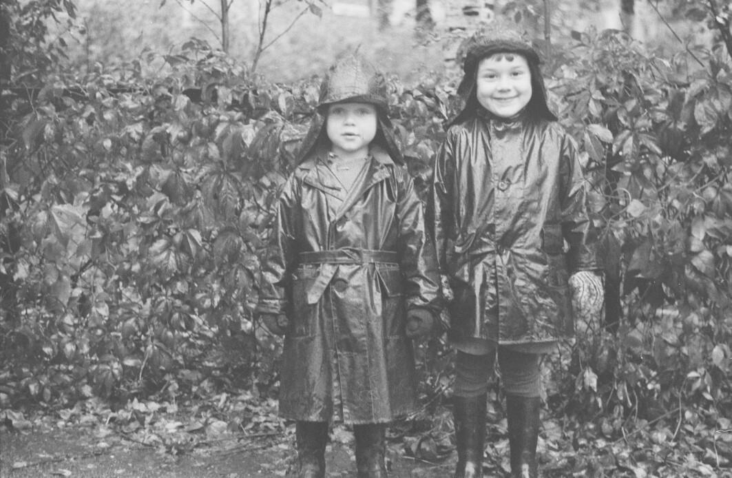Disse to gikk i barnehager som ligner på de vi har i dag. Da ble de kalt småbarnsstuer, daghjem eller barnehaver, og ble sakte, men sikkert etablert i Norge tidlig på 1900-tallet. Bildet er fra Barnehavet Gange-Rolvs gate i Oslo i 1938.