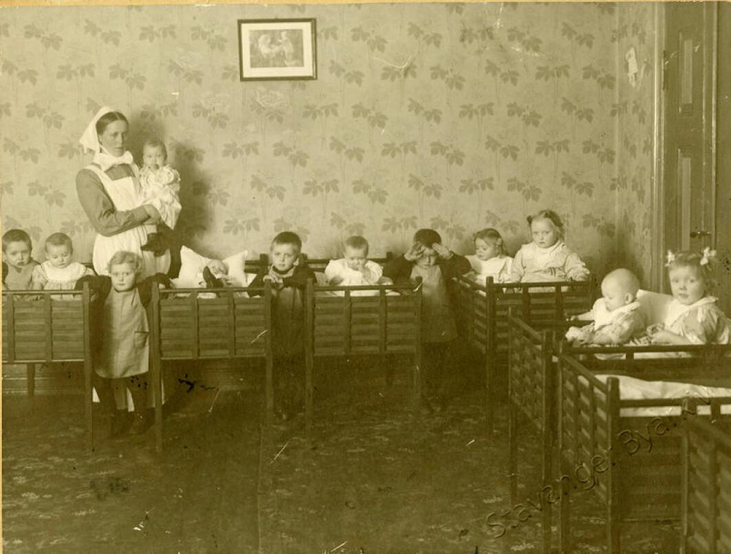 Selv om det ikke var veldig vanlig å ha små barn i barnehage på tidlig 1900-tallet, var det flere noen som gjorde det. Da het barnehagene barnekrybber. De ble ofte ledet av sykepleierske, og barna ble kledd i institusjonsklær. Her fra St. Johannes barnekrybbe i Stavanger.