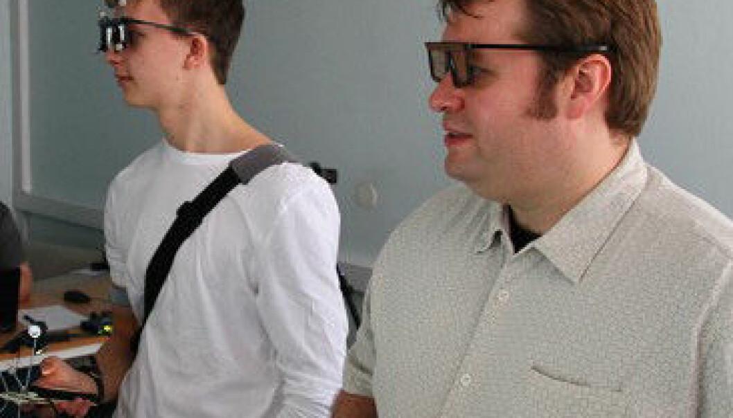 Pål Anders Eilertsen veiledes av Trenton Schulz ved Norsk Regnesentral i 3D-verdenen. Kristian Rostad/NRK