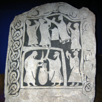 En drikkescene festet til stein. Steinen er fra Gotland og befinner seg på det svenske Historiske museet i Stockholm. (Foto: Berig/Wikimedia Commons)