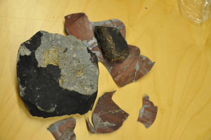 Meteoritten som vart funnen på ein veranda på Grefsen, og delar av blikket frå verandaen. (Foto: Rune S.Selbekk, NHM/UiO)