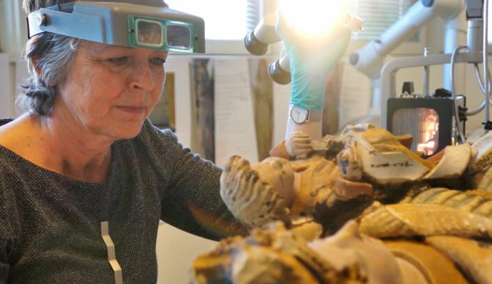 Mille Stein er malerikonservator og forsker ved Norsk institutt for kulturminneforskning. Her arbeider hun med å restaurere Holdhusmadonnaen. (Foto: Arnfinn Christensen)