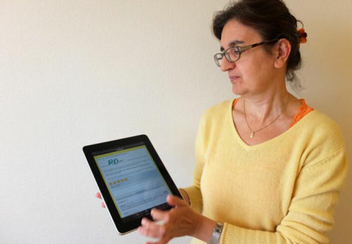 Amela Karahasanović viser fram appen på iPad. (Foto: Norunn K. Torheim)