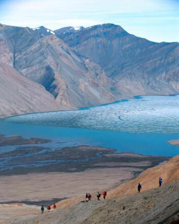 Forskere ved innsjøen Buchanan på Ellesmereøya i Canada. Det er her undersøkelsene er gjennomført. (Foto: Steve Grasby)