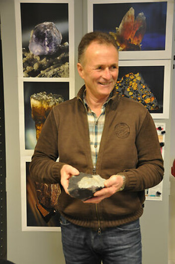 Finnaren Steinar Engh med meteoritten (Foto: Rune S.Selbekk, NHM/UiO)