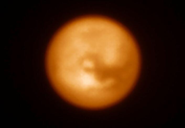Dette infrarøde bildet av Saturns største måne, Titan, er et av de første som ble tatt med SPHERE-instrumentet. Bildet viser hvor effektivt adaptiv optikk-systemet er til å avdekke detaljer på denne knøttlille måneskiven. (Foto: ESO/J.-L. Beuzit et al./SPHERE Consortium)
