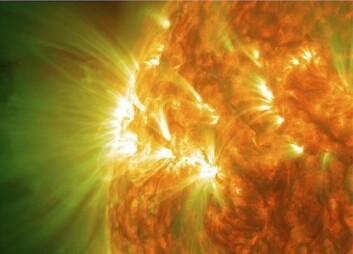 Et aktivt område på solen, med gassløkker. Dette bildet er egentlig en kombinasjon av bilder tatt med ulike filtre og kan dermed vise gass ved forskjellige temperaturer. Gass som er rundt 1 million grader er på bildet vist som grønt, mens kjøligere gass, rundt 80 000 grader, er rødt. Det hvite er en kombinasjon av de to. (Foto: Solar Dynamics Observatory)
