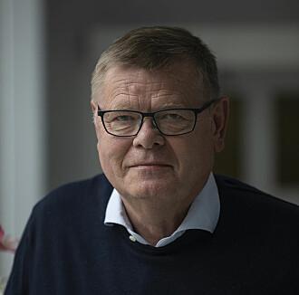 Professor Ørjan Olsvik mener at å gå knask eller knep ikke utgjør en veldig stor smitterisiko. Han er mer bekymret for julebordsesongen.