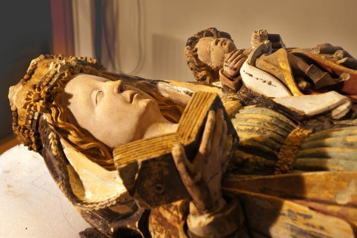 Den malte skulpturen av sandstein forestiller Maria som holder Jesusbarnet i venstre arm og en åpen bok i høyre hånd. (Foto: Arnfinn Christensen)