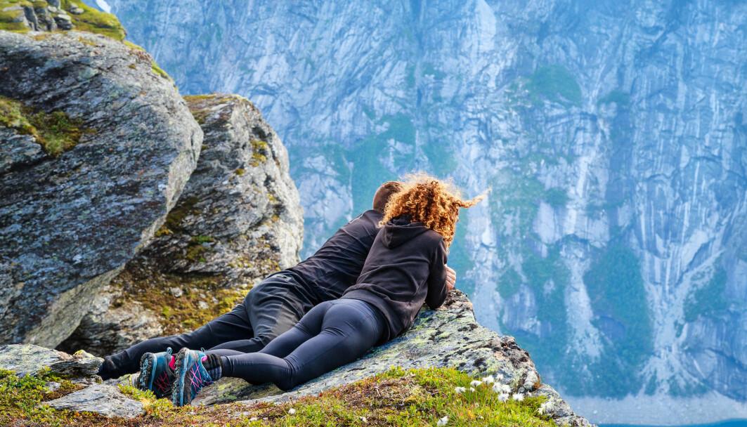 Psykologer ved Universitetet i Oslo og Modum Bad fant urovekkende høye andeler av angst- og depresjonssymtomer i Norge få uker nedstengingen i mars. - Å avtale tur med venner kan beskytte.