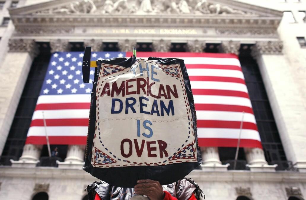 En demonstrant utenfor Wall Street i New York mener at Den amerikanske drømmen ikke lenger finnes.