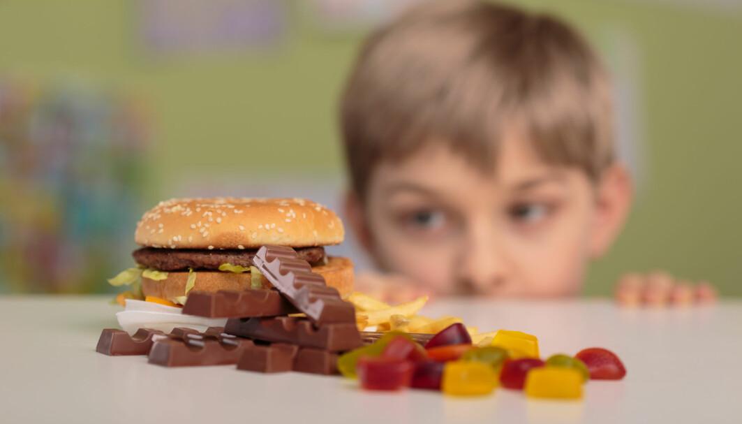 Barn kan bli påvirket til å spise mer usunt på grunn av YouTube-videoer frykter forskere.
