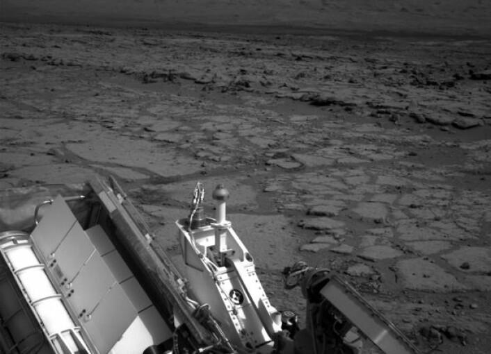 Roveren Curiosity knipset dette bildet etter å ha rullet ned den lille skråningen til Yellowknife Bay, en liten forsenkning i overflata av Gale-krateret på Mars. (Foto: NASA/JPL-Caltech)