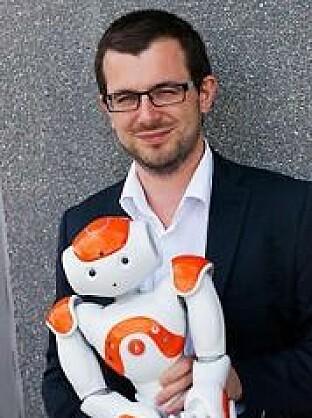 Pierre tilbringer mye tid med roboter. Det tar tid for dem å lære seg språk.