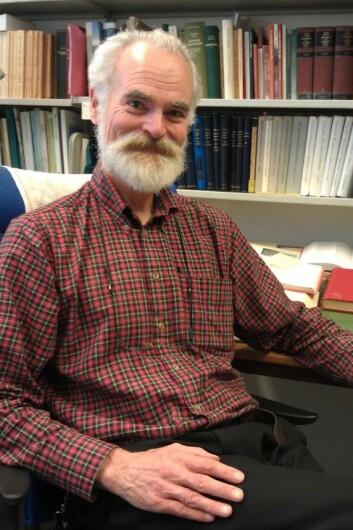 Tom Schmidt på sitt bokfylte kontor på Universitetet i Oslo. (Foto: Nina Kristiansen)