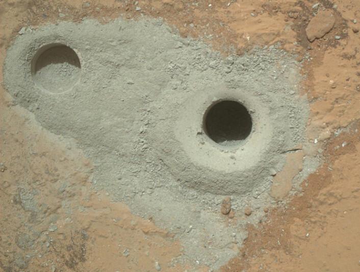 Her har Curiosity boret seg ned i en stein ved navn John Klein, i Yellowknife Bay på Mars. (Foto: NASA/JPL-Caltech/MSSS)