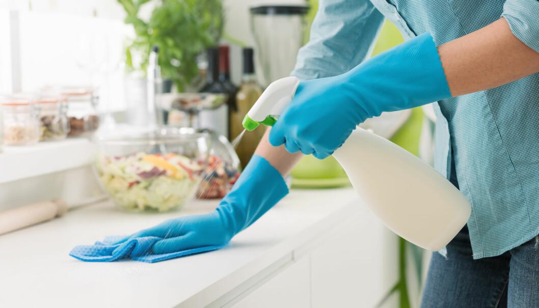 Å vaske kjøkkenbenk og skjærefjøl rett etter at du har laget mat, er den beste løsningen for å fjerne uønskede bakterier.