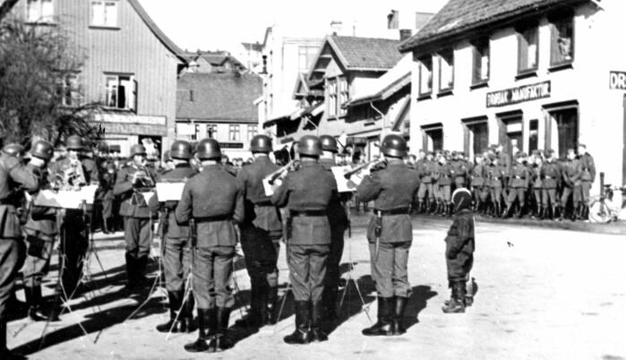 Under 2. verdenskrig ble Norge okkupert av tyskerne. Her kommer det tyske militærkorpset marsjerende inn i Drøbak i 1941. Ifølge forskere var dette for å skape samhold tyskerne seg i mellom, og å virke imponerende overfor motparten, nemlig det norske folk.