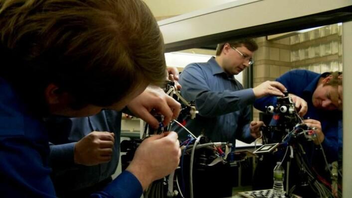"""Forskerne stiller Nico opp ved speilet. Stillbildet fra filmen """"Robot"""" (Foto: Ronan Killeen, rettigheter: Firecracker Films)"""