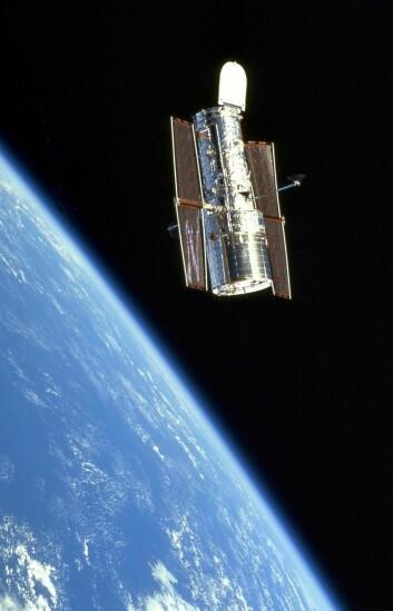 Romteleskopet Hubble går i bane rundt jorden. (Foto: NASA/ESA)