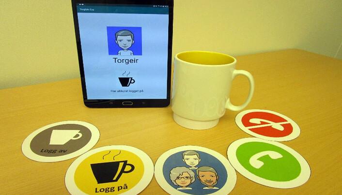 Under koppen sitter en sender som virker med de fem brikkene og en app på et nettbrett.