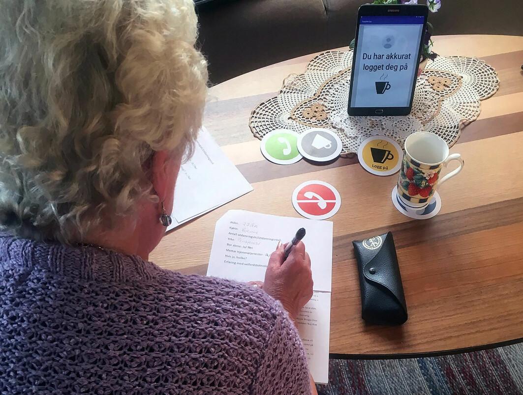 Ved å plassere kaffekoppen på brikker, som kommuniserer med en app på et nettbrett, kan eldre utvide vennekretsen.