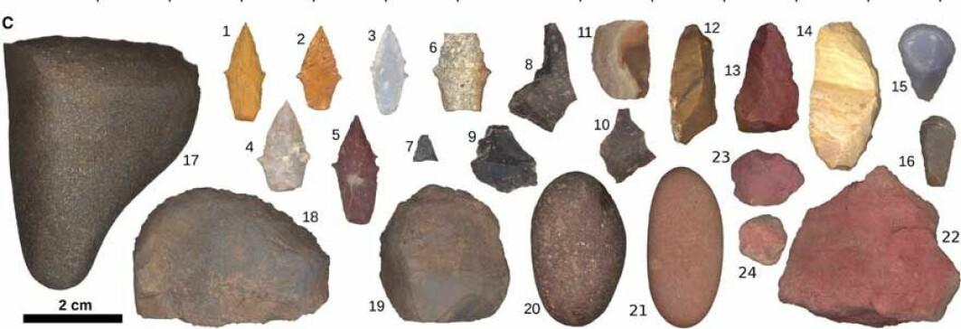 Redskapene fra graven: 1-7 viser prosjektilspisser, 8-10 er steinflak med skarp skjærekant, 11-13 er mer tilhugde steinflakredskaper, 14 kan være en kniv med avrundet ende til å holde i, 15-16 er tommelneglskraper, 18-19 er skraper eller kutteredskaper, mens 17, 20 og 21 er slipesteiner. 22-24 er steiner som ga rødt fargestoff.