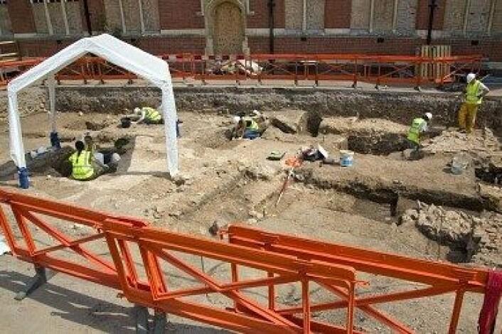 På denne parkeringsplassen i Leicester fant arkeologer restene av Kong Richard den tredje. Nå har de også funnet en ny mystisk kiste. (Foto: University of Leiceste)