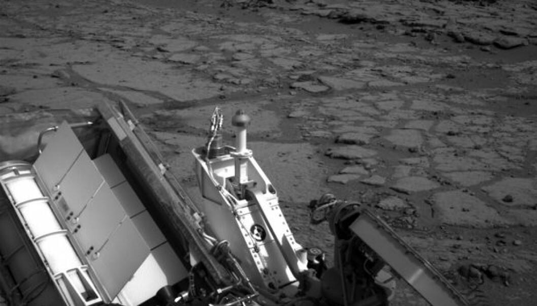 Roveren Curiosity knipset dette bildet etter å ha rullet ned den lille skråningen til Yellowknife Bay, en liten forsenkning i overflata av Gale-krateret på Mars. NASA/JPL-Caltech