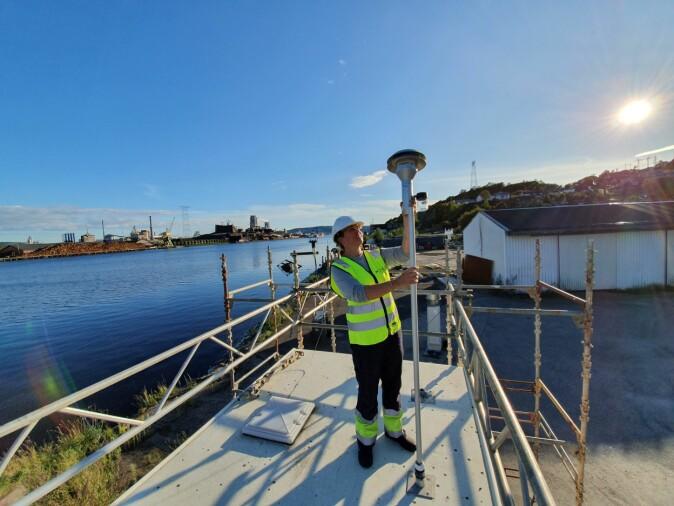 Seniorforsker Hege Indresand justerer luftinntaket på en måler i Porsgrunn, slik at den skal fange opp svevestøv i riktig størrelse.