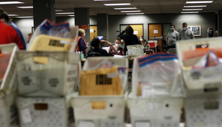 Valgmedarbeidere teller stemmer i Milwaukee.