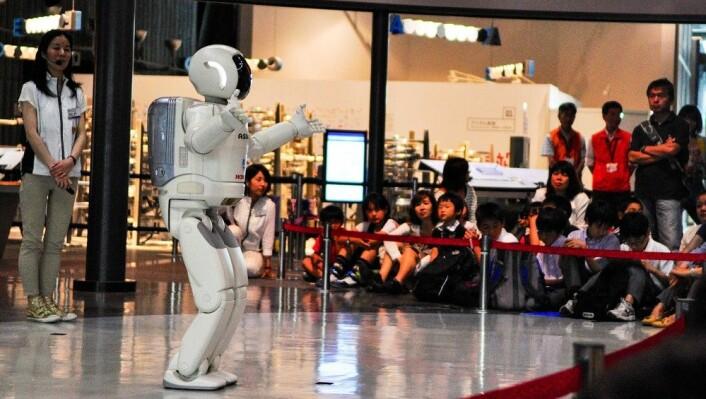 Hondas Asimo-robot er foreløpig uegnet til å pleie eldre. I stedet underholder den gjerne unge på Tokyos fremtidsmuseum. (Foto: Einar Yosuke Kosaka)