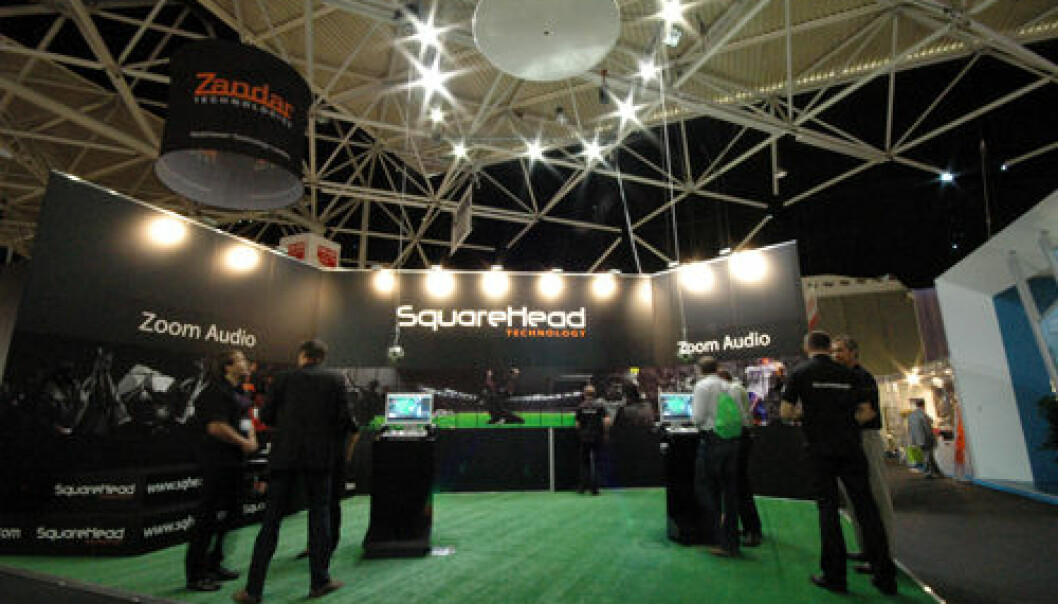 Squarehead Technology lager avanserte systemer for lydovervåking. Tallerken i taket inneholder et stort antall mikrofoner som kan brukes til å retningsbestemme lydkilder. Squarehead Technology