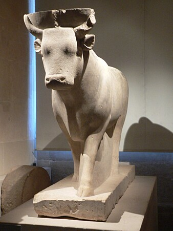 I Louvre står en statue av den egyptiske okseguden Apis.