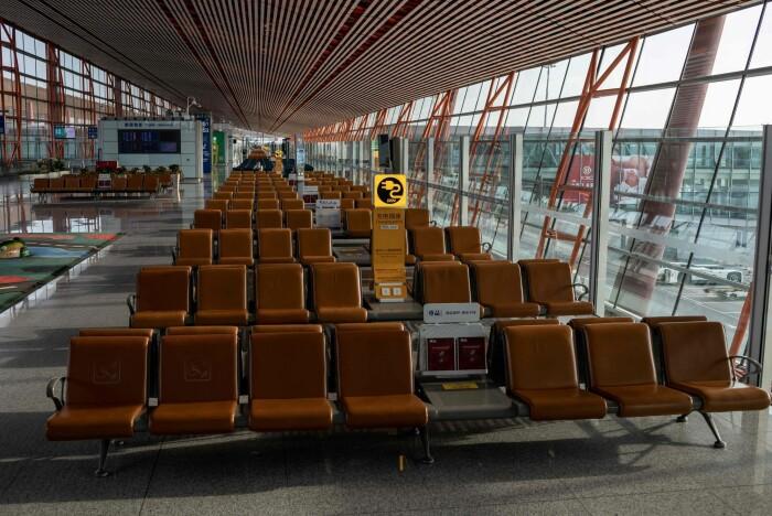 Det er ikke mange som reiser via Beijings internasjonale flyplass nå under koronakrisen.