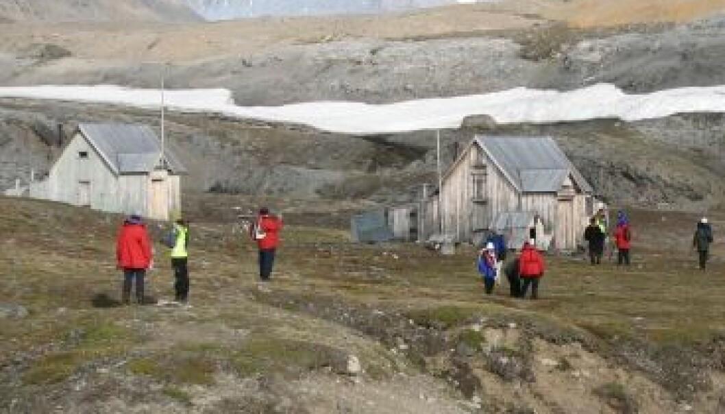 En gruppe turister fra en kystcruisebåt har gått i land på lokaliteten London i Kongsfjorden på vestkysten av Svalbard. Dagmar Hagen