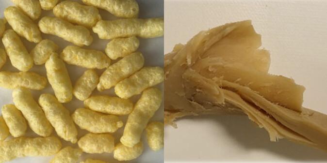 Til venstre et eksempel på tørrekstrudering. Tørrekstrudering gir teksturerte produkter som har en ekspandert pelletstruktur. De ser ut som kompakt ostepop, og sveller hvis de tilsettes vann. Våtekstrudering til høyre, gir produktene med en tilnærmet kjøttstruktur. Disse kan smaksettes eller brukes direkte som plantebaserte kjøtterstatningsprodukter.