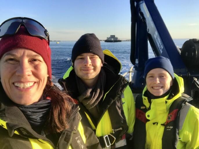 Ragnhild Ryther Grimm Torstensen (til høyre) har studert sukkertare i et taredyrkingsanlegg på Frøya i Trøndelag. Arbeidet er utført under veiledning av Niva-forsker Trine Bekkby og i samarbeid med student Lars Andreas Grünfeld.