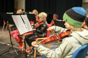 Arin Lund Melvik ved Tromsø Kulturskole vet hvordan han skal behandle en fiolin. (Foto: Håvard Vance Gram)