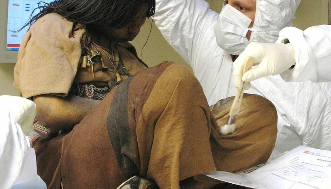 Den eldste jenta, kalt La Donchella - på norsk jomfruen eller ungpiken. Her sammen med en av de mange forskerne som har undersøkt henne siden hun og de to andre barnemumiene ble funnet i 1999. José Fontanelli