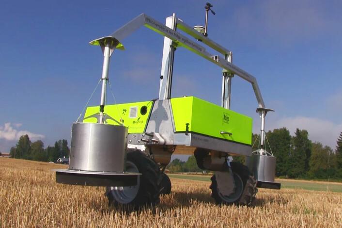 Robotbilen fra Adigo er påmontert to metallbeholdere med svært følsomme laserneser. De måler mengden av lystgass fra åkeren. (Foto: Arnfinn Christensen, forskning.no)