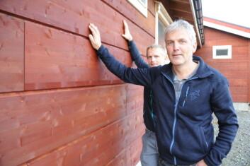 Bred bordkledning gir både et dekorativt uttrykk og var eget rask å montere, sier Ragnar Berg i Norsk Limtre (foran) og bonde Per Erik Vennes. (Foto: Morten Stene)